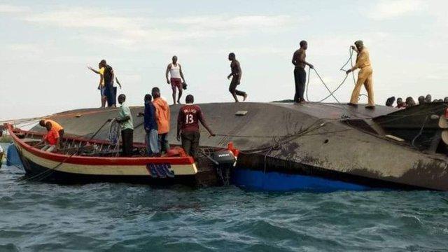 نجات یکی از سرنشینان کشتی غرق گردیده در آب های تانزانیا