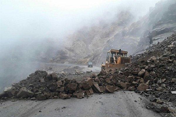 ریزش کوه راه دسترسی 20 روستای الیگودرز را مسدود نموده است