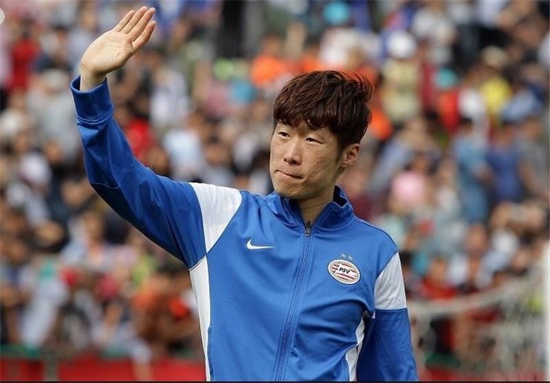 حاشیه دیدار ژاپن - قطر، حضور پرشور خبرنگاران ژاپنی و حمل جام توسط ستاره پیشین منچستر یونایتد