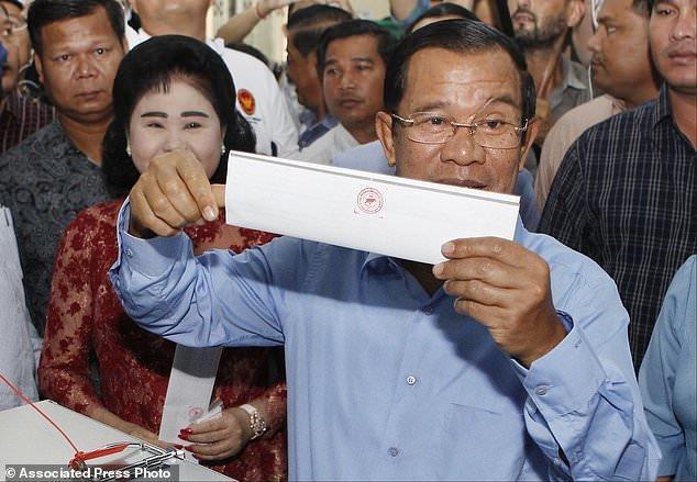 نخستین حضور نخست وزیر کامبوج در جمع هوادارانش پس از پیروزی